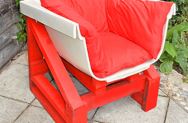 Step by step tutorial for amazing upcycled bath tub chair made using an old bath, a pallet, cushions and spray paint.