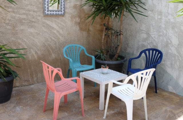 how to paint plastic garden chairs